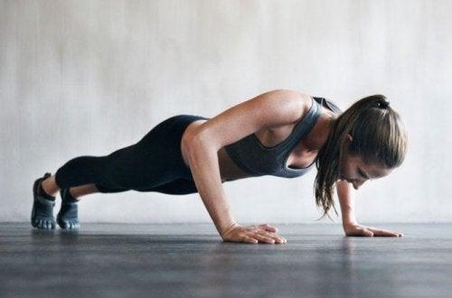 Une femme qui fait des pompes pour renforcer ces triceps