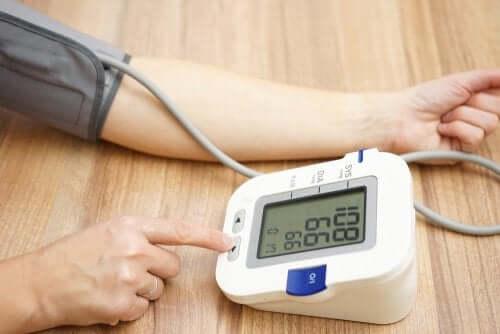 Une personne sous amlodipine en train de prendre sa tension artérielle