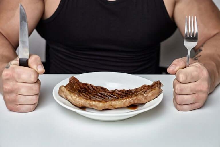 Un homme musclé mangeant de la viande