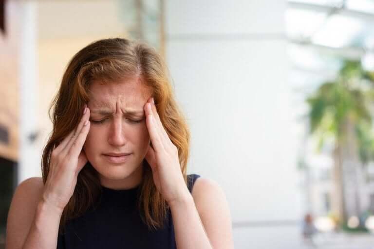 Une femme ayant mal à la tête