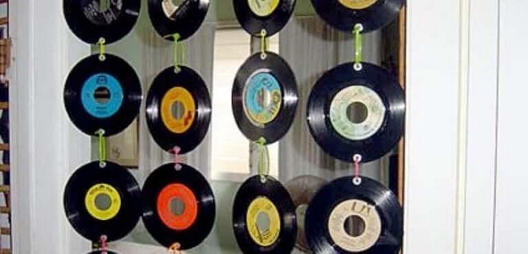 Un rideau réalisé à partir de disques recyclés