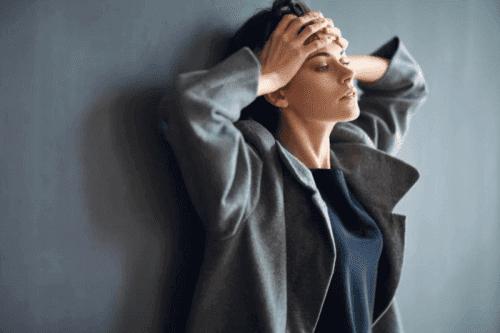 Une femme anxieuse qui ressent de la douleur physique