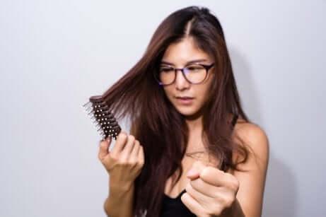 Certains aliments permettent de renforcer les cheveux