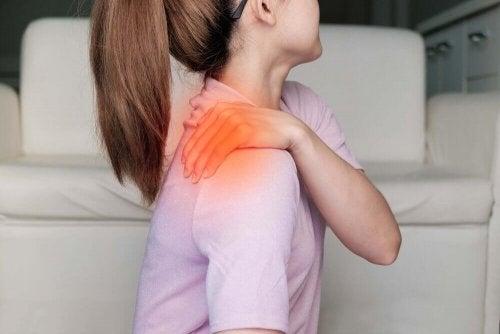 Les courbatures qui font souffrir une femme au niveau de l'épaule