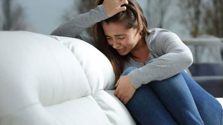 Une femme en train de pleurer à cause de pensées obsessionnelles