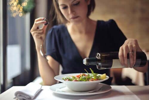 Une femme en train de manger une salade