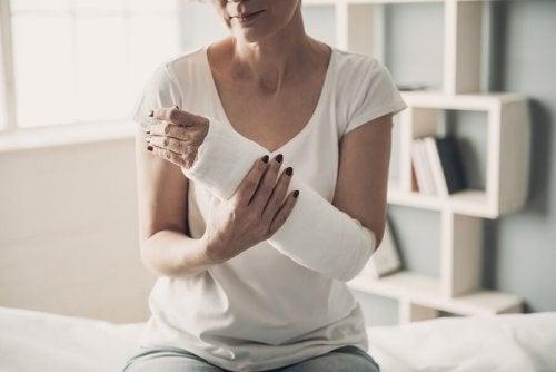 Une femme qui a une fracture du bras