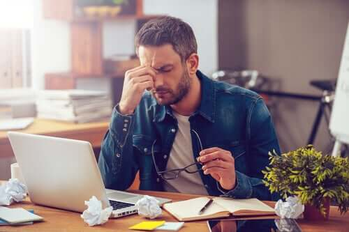 Un homme au travail manifestant le syndrome post-vacances