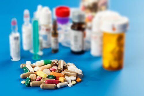 Un tas de médicaments et de comprimés