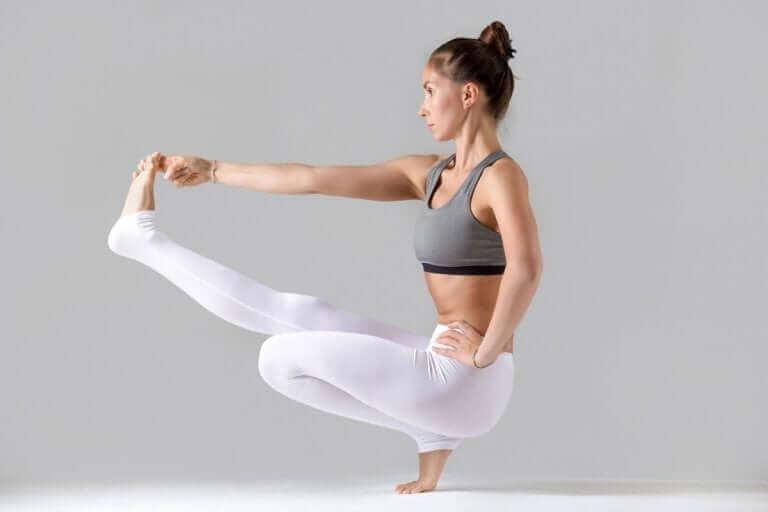 La posture d'équilibre assis est comptée parmi les postures de yoga les plus difficiles