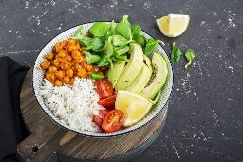Délicieuse salade de riz et guacamole