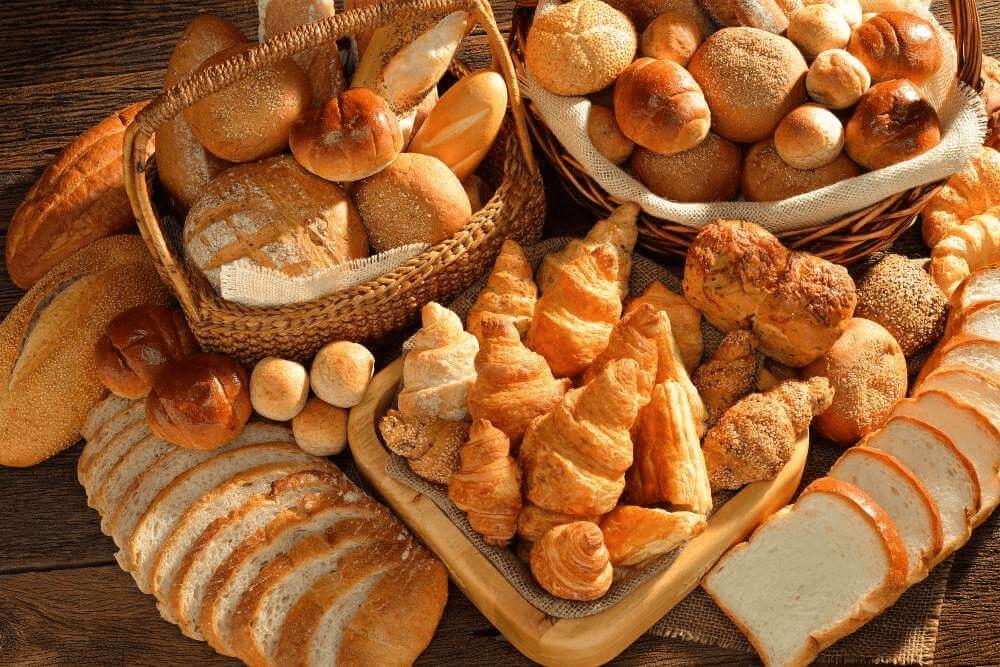 Différentes sortes de pains et de viennoiseries