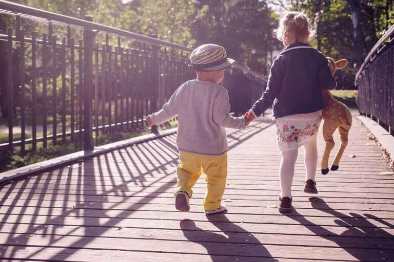 Deux enfants qui marchent ensemble