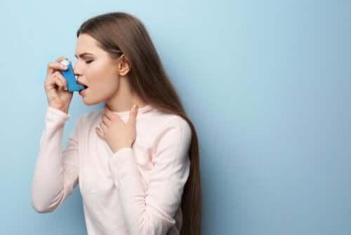 Une personne asthmatique se soignant avec de la Terbutaline