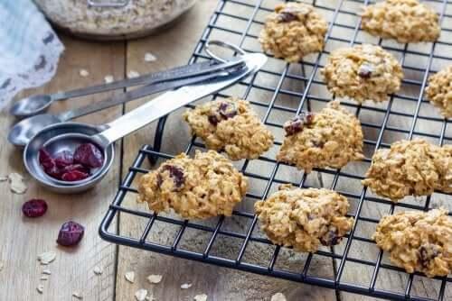 Des biscuits sains à l'avoine et aux raisins secs