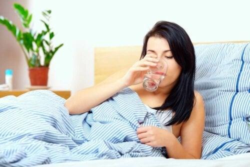 Boire beaucoup d'eau pour éliminer le mucus dans la gorge