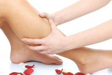 Un massage du mollet pour apaiser les crampes aux jambes