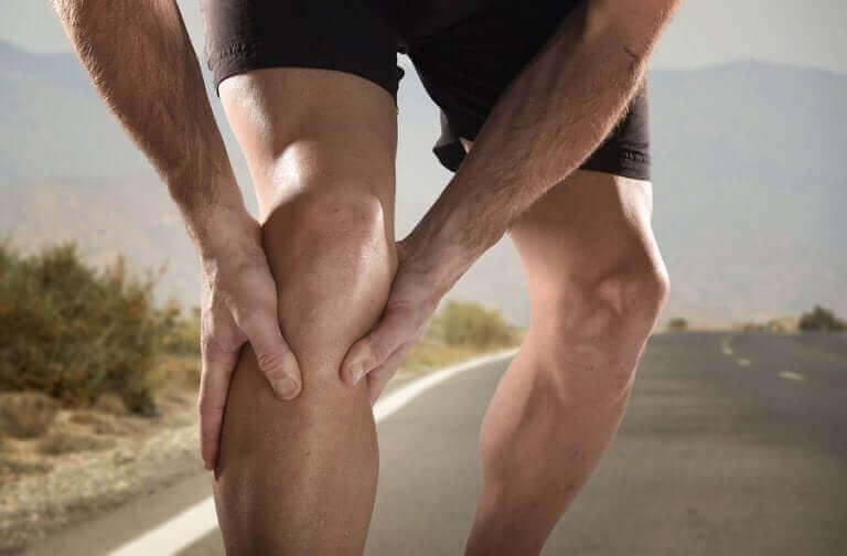 Un homme ayant des crampes aux jambes