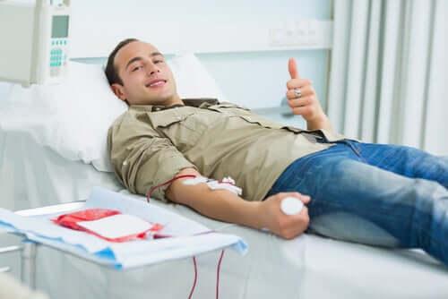 Un homme en train de donner son sang