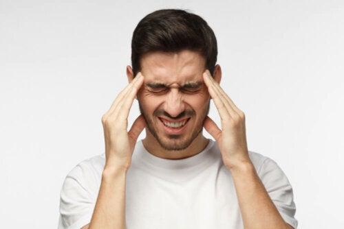 Un homme avec un mal de tête puissant à cause de la maladie de moyamoya