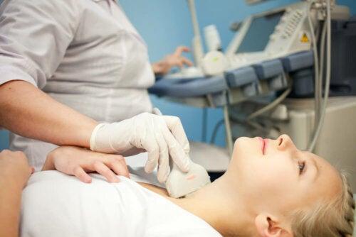 Faites une échographie pour diagnostiquer les nodules thyroïdiens