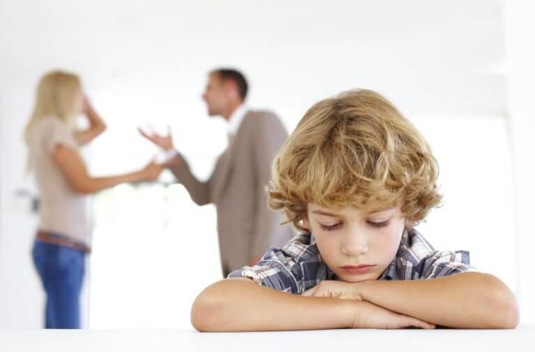 Un enfant venant d'apprendre le décès d'un proche