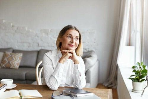 Une femme qui réfléchit à comment adopter une habitude saine