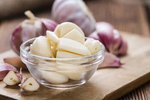 De l'ail pour préparer la souple à l'ail castillane