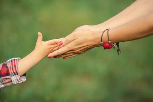 Une mère qui construit son style parental avec son enfant