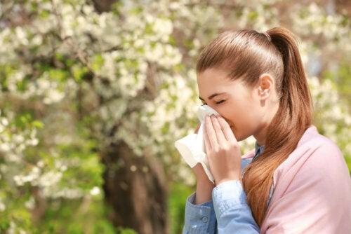Une femme ayant du mucus dans la gorge et dans le nez