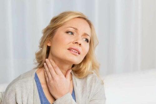 Une femme qui a des nodules thyroïdiens