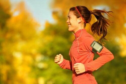 Une femme qui court pendant le cycle menstruel