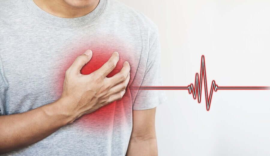 Un homme après la transplantation cardiaque d'un coeur artificiel