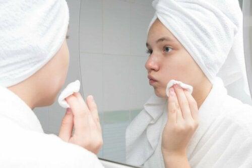 Le nettoyage de la peau et les traitements contre l'acné