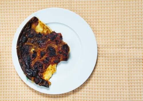 Le fait de penser que manger des toasts brûlés cause le cancer fait partie des fake news sur l'alimentation