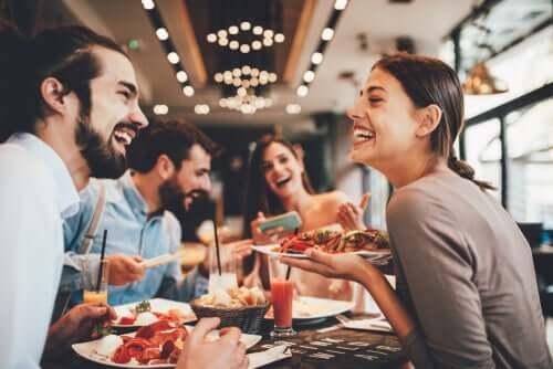 Il est possible de bien manger en dehors de chez soi : c'est le cas de ces amis