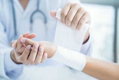 La pose d'un bandage suite à une entorse au poignet