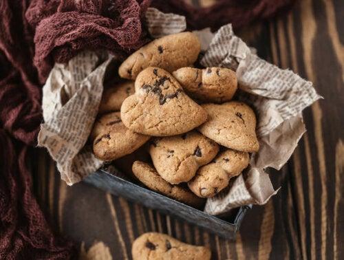 Des biscuits à la crème avec des pépites de chocolat