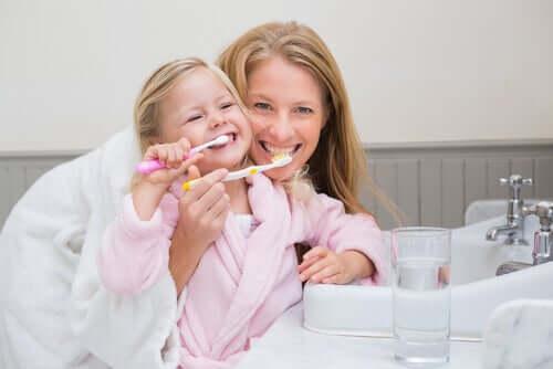 Une mère qui veille à la bonne hygiène buccale chez les enfants