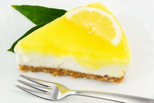 Le cheesecake sans sucre avec une base biscuits