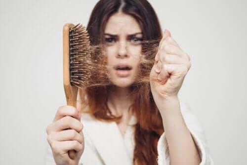 Pourquoi les cheveux tombent-ils plus souvent à l'automne ?