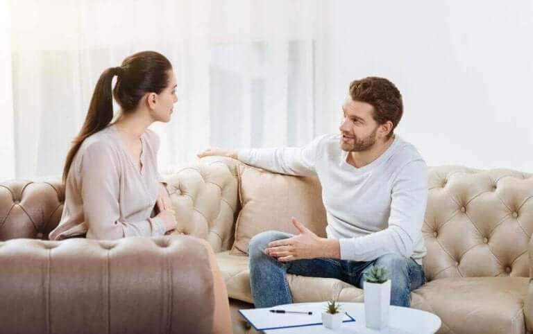 """Un couple discutant des """"messages moi"""""""