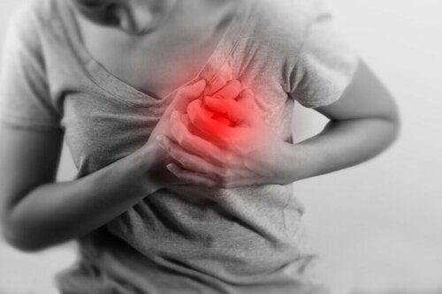Une femme souffrant du syndrome du coeur en vacances