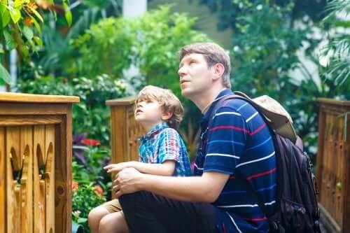 Un père en train de susciter l'intérêt pour les musées chez son fils