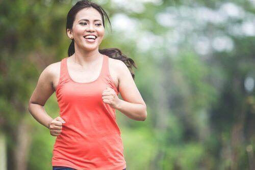 Une femme souriante faisant un jogging