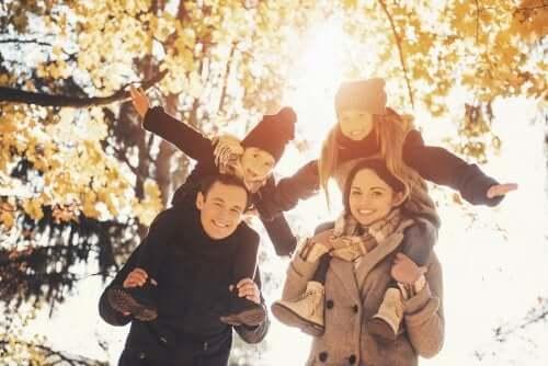 Une famille en promenade sous les couleurs de l'automne