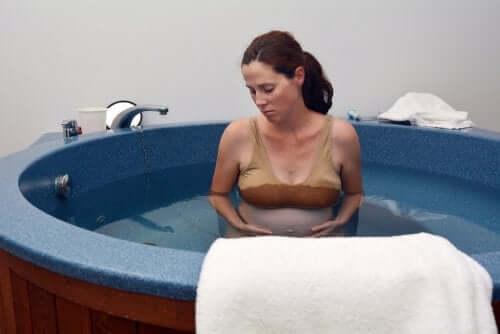 Une femme enceinte qui s'apprête à faire son accouchement dans l'eau