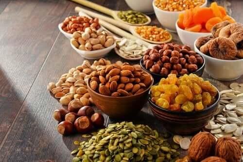 Les fruits secs font partie des aliments vegan riches en calories