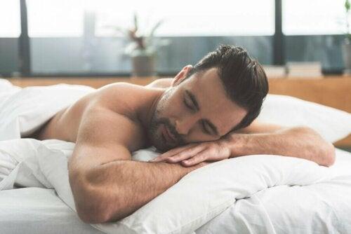 Un homme en train de bien dormir