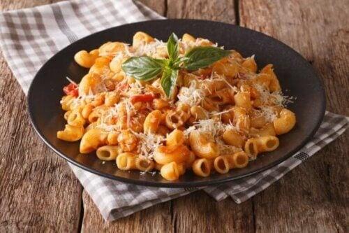 Des macaronis au thon dans une assiette